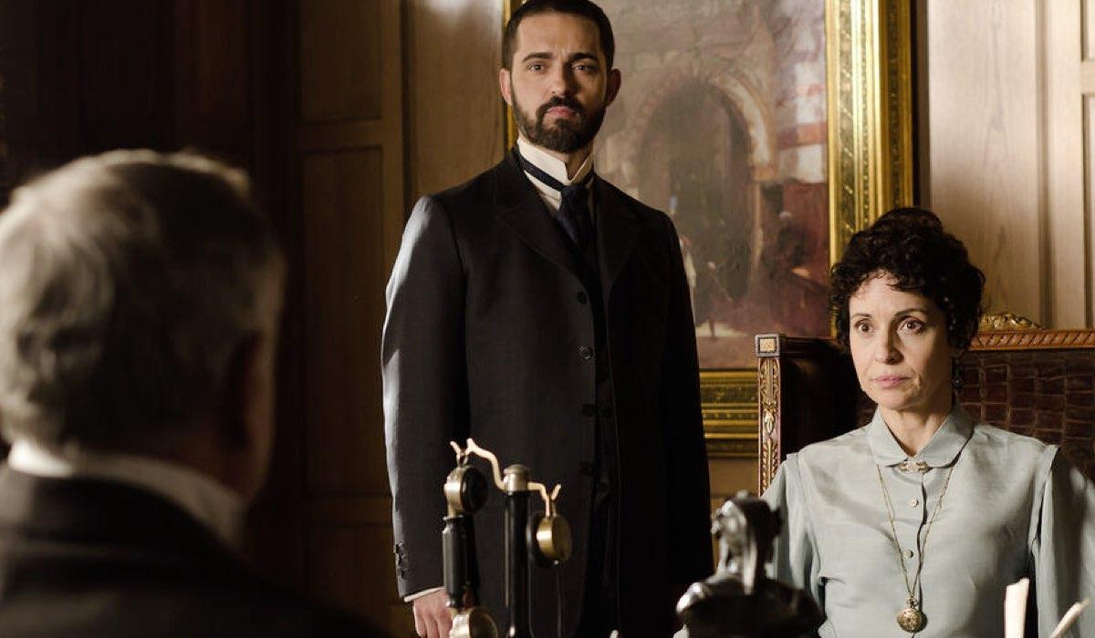 Pedro Alonso (Diego) e Adriana Ozores (Dona Teresa) In Grand Hotel. Credits: Mediaset