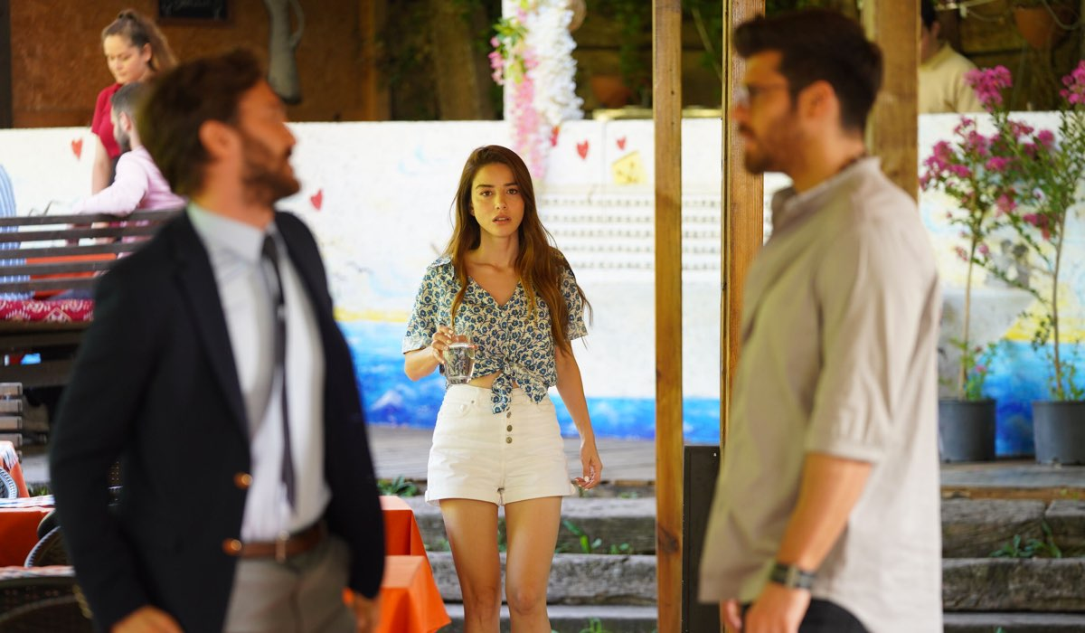 Tensioni tra Serdar, Ozgur ed Ezgi In Mr Wrong. Credits: Mediaset
