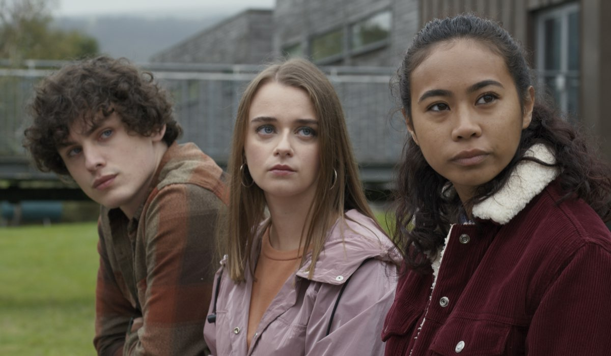 Da sinistra: Luka (Max Lohan), Jenna(Eleanor Bennett) e Alex (Rosie Dwyer) in una scena della seconda stagione. Credits: Netflix.