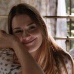 """Alexandra Breckenridge (Mel) in una scena della terza stagione di """"Virgin River"""". Credits: Netflix."""