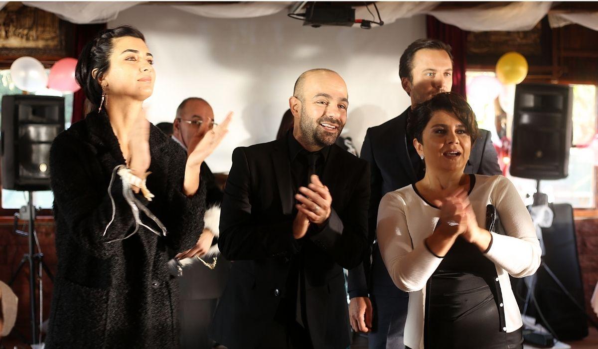 Brave and Beautiful: Suhan (Tuba Büyüküstün), Korhan (Erkan Avcı) e Mihriban (Devrim Yakut) al matrimonio. Credits. Mediaset.
