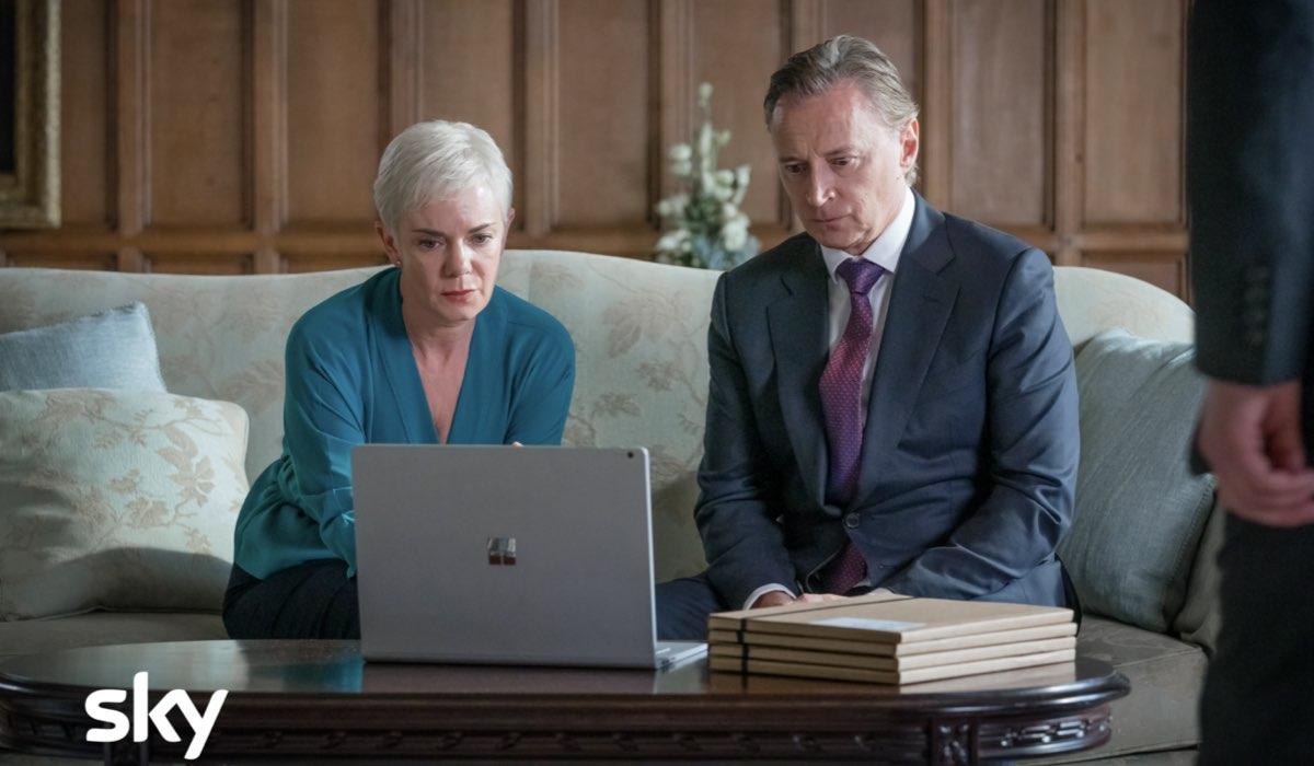 """Da sinistra: Victoria Hamilton (Anna Marshall) e Robert Carlyle (primo ministro Robert Sutherland), in una scena di """"Cobra - Unità Anticrisi"""". Credits: Sky Italia"""