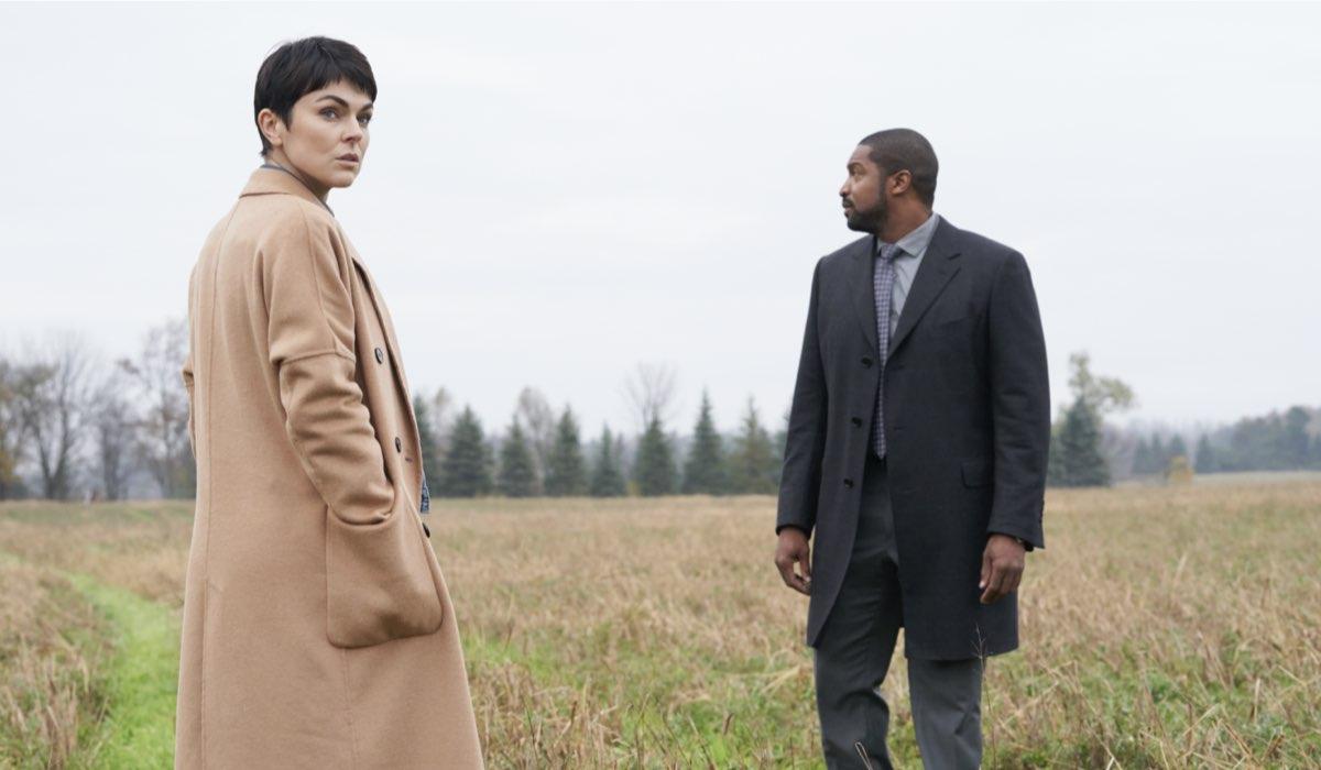 Serinda Swan (Jenny Cooper) e Roger Cross (Donovan McAvoy) in una scena della prima stagione di