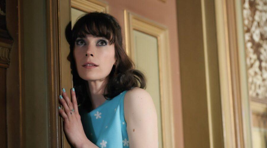 I casi della giovane Miss Fisher: Geraldine Hakewill interpreta Peregrine, qui nell'episodio 1 della stagione 1. Credits: Rai e ® Every Cloud Productions All3media International