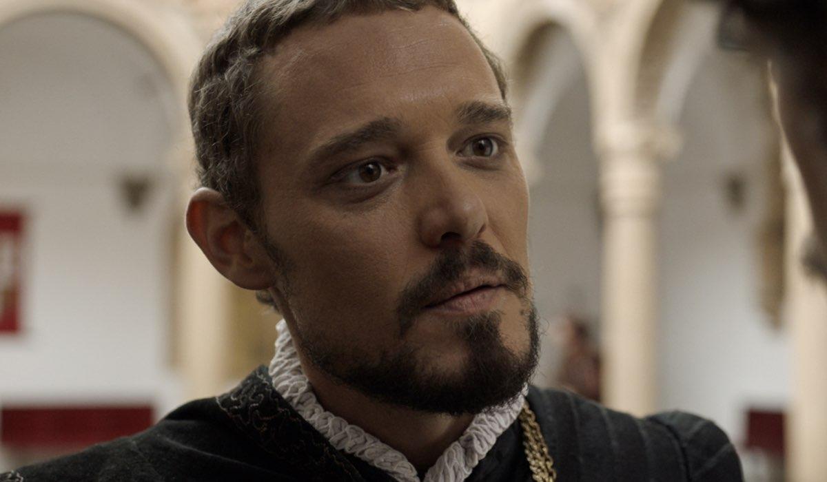Carlos Serrano (Juan De Málaga) in una scena de