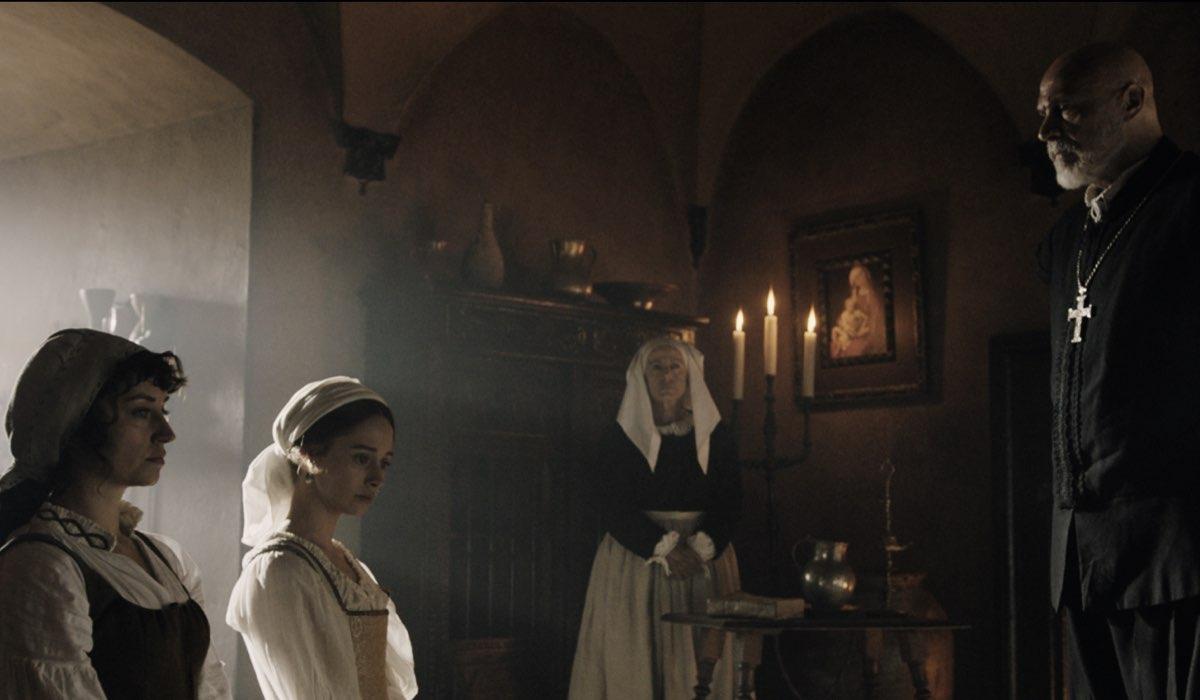 Juan Fernández (Don Alonso), Elena Rivera (Inés Suárez) e Andrea Trepat (María Asunción Suárez) in una scena de