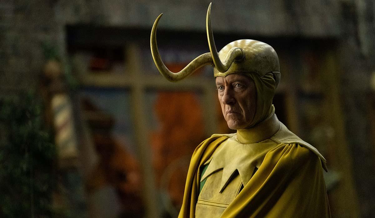 Richard E. Grant interpreta una variante nella serie TV Loki. Credits: The Walt Disney Company e Marvel Studios.