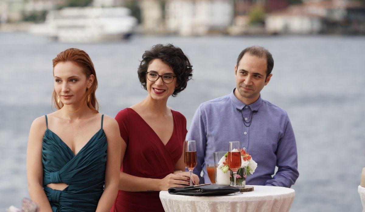Love Is In The Air: Pırıl Baytekin Sezgin interpretata da Başak Gümülcinelioğlu, Leyla Haktan interpretata da İlkyaz Arslan, Erdem Şangay interpretato da Sarp Bozkurt. Credits: Mediaset