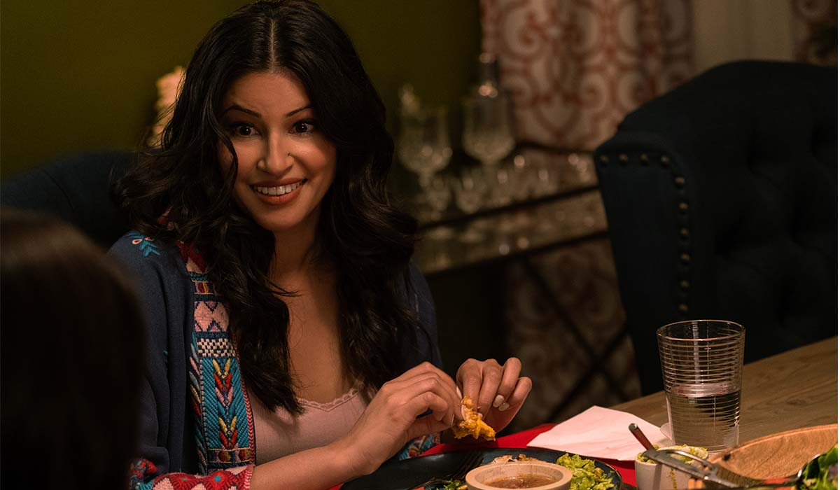 Richa Moorjani è Kamala nella serie TV Non ho mai 2. Credits: Isabella B. Vosmikova/Netflix.