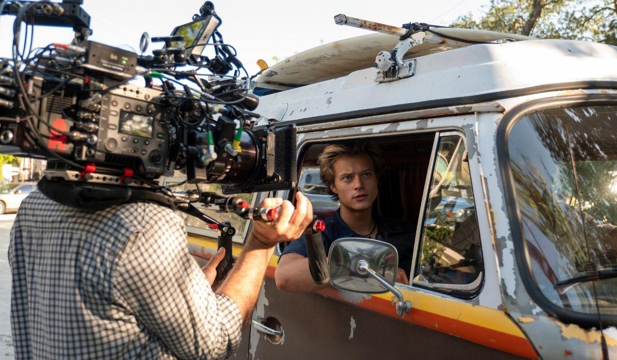 Outer Banks: le riprese di una scena con Chase Stokes (John B). Credits: Netflix.