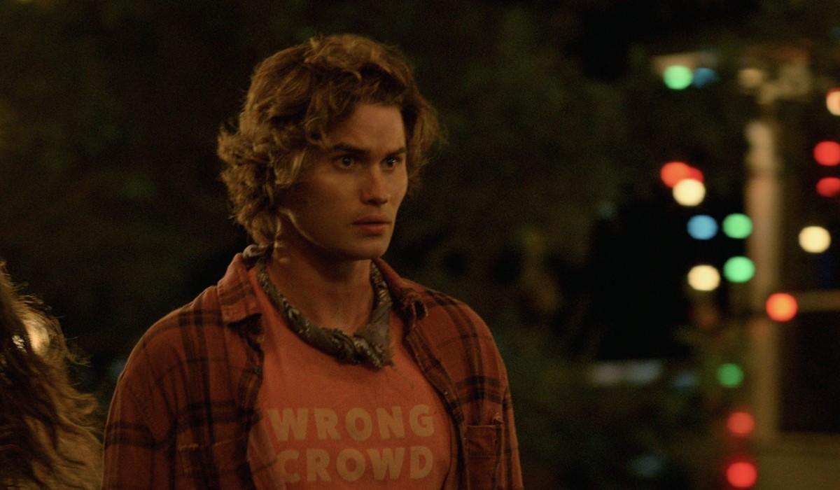 """Chase Stokes interpreta John B in una scena della seconda stagione di """"Outer Banks"""". Credits: Courtesy of Netflix."""