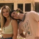 "Da sinistra: Madelyn Cline As Sarah Cameron And Chase Stokes As John B sul set della seconda stagione di ""Outer Banks"". Credits: Jackson Lee Davis/Netflix © 2021."