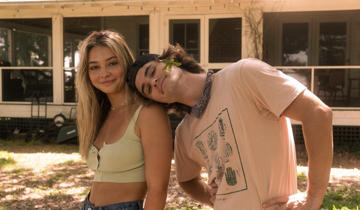 """Da sinistra: Madelyn Cline (Sarah Cameron) e Chase Stokes (John B) sul set della seconda stagione di """"Outer Banks"""". Credits: Jackson Lee Davis/Netflix © 2021."""