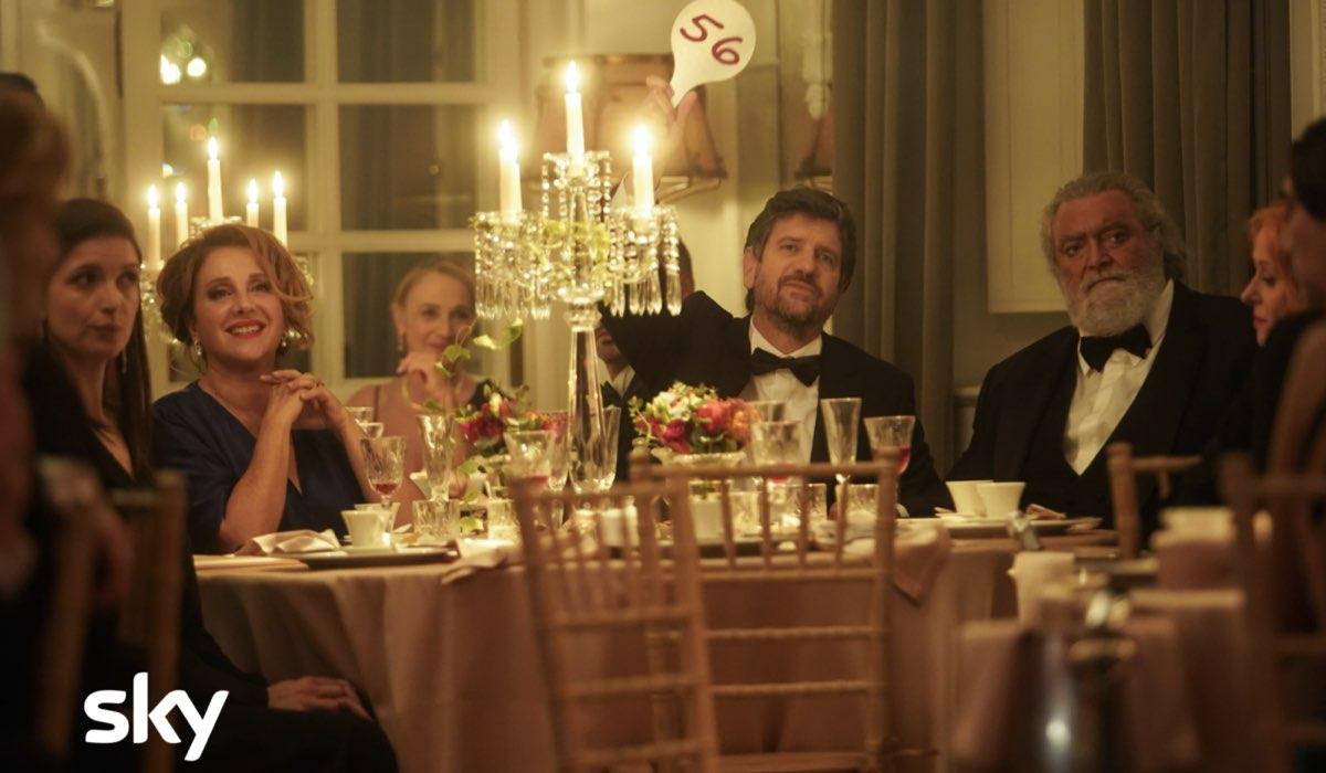 """Da sinistra: Carla Signoris (Rossana), Fabio De Luigi (Giovanni) e Diego Abatantuono (Renato) in uno scatto dal set di """"Ridatemi Mia Moglie"""". Credits: Loris Zambelli/Sky."""