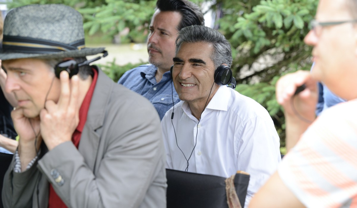 """Da sinistra: il regista Jerry Ciccoritti insieme al produttore e protagonista Eugene Levy sul set della prima stagione di """"Schitt's Creek"""". Credits: Steve Wilkie/Infinity+."""