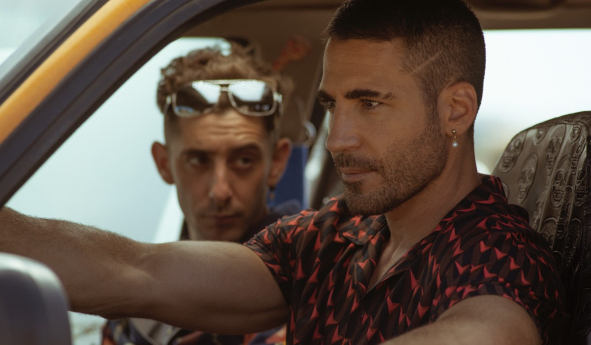 "Da sinistra: Christian (Enric Auquer) e Moisés (Miguel Ángel Silvestre) in una scena di ""Sky Rojo"". Credits: Tamara Arranz/Netflix."