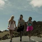 """Da sinistra: Wendy (Lali Espósito), Coral (Verónica Sánchez) e Gina (Yani Prado) in una scena di """"Sky Rojo"""". Credits: Tamara Arranz/Netflix."""