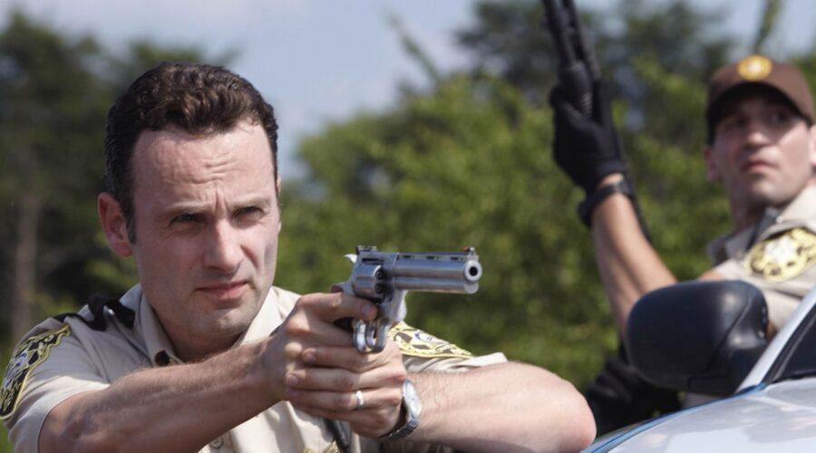 """Andrew Lincoln e Jon Bernthal in una scena di """"The Walking Dead"""". Credits: AMC/Disney+."""