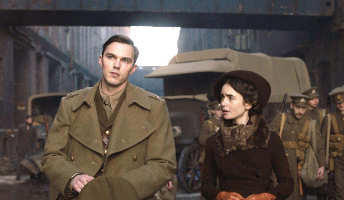 Nicholas Hoult e Lily Collins in una scena del film Tolkien - Credits: Star/Disney+