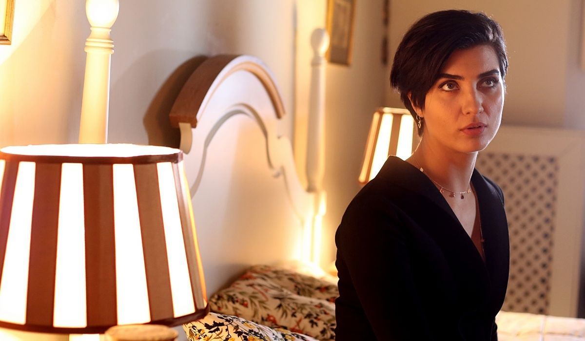 Brave and Beautiful: Suhan (Tuba Büyüküstün) è scossa dalla telefonata con il padre. Credits: Mediaset