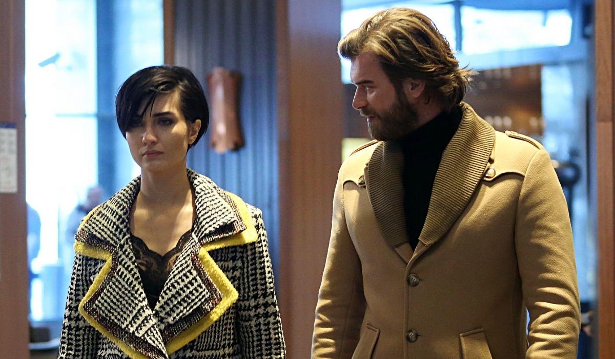 Brave and Beautiful: Suhan (Tuba Büyüküstün) e Cesur (Kıvanç Tatlıtuğ) in hotel dopo l'incidente. Credits: Mediaset