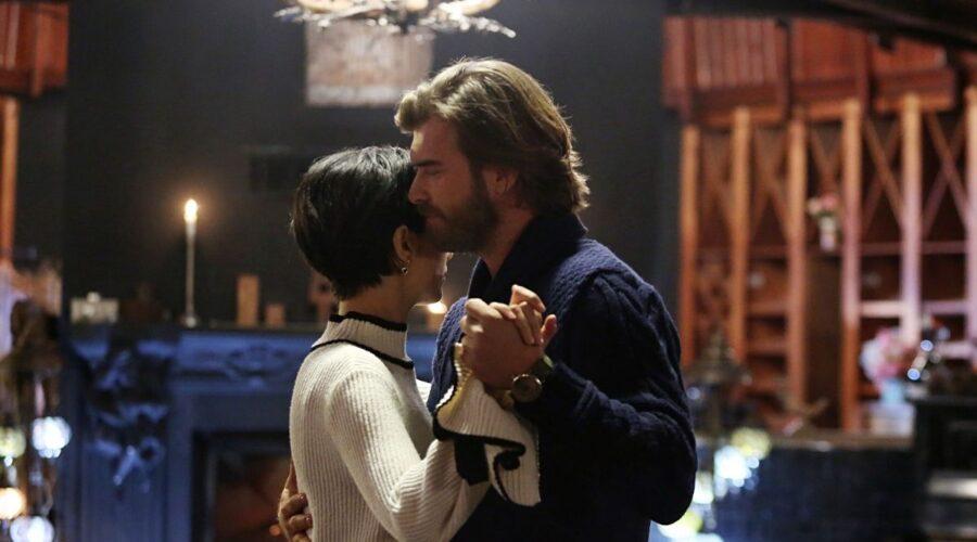 Brave and Beautiful: Suhan (Tuba Büyüküstün) e Cesur (Kıvanç Tatlıtuğ) ballano insieme. Credits: Mediaset