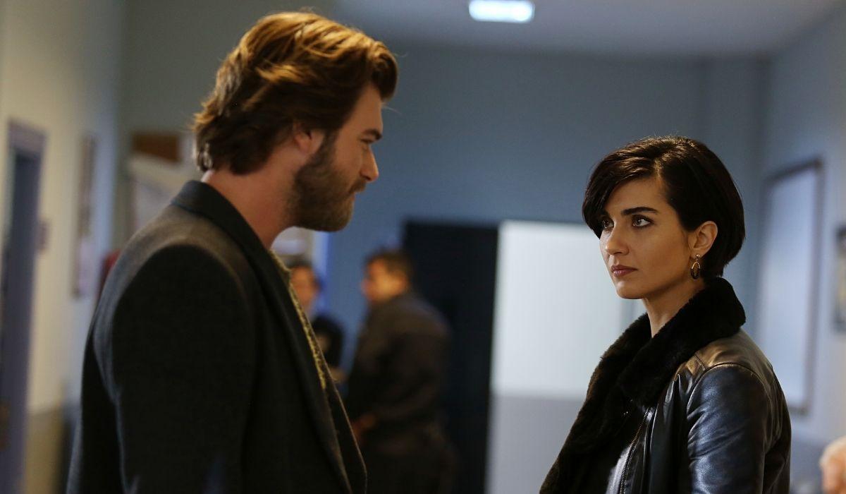 Brave and Beautiful: Cesur (Kıvanç Tatlıtuğ) e Sühan (Tuba Büyüküstün) si confrontano sull'innocenza di Tahsin (Tamer Levent). Credits: Mediaset
