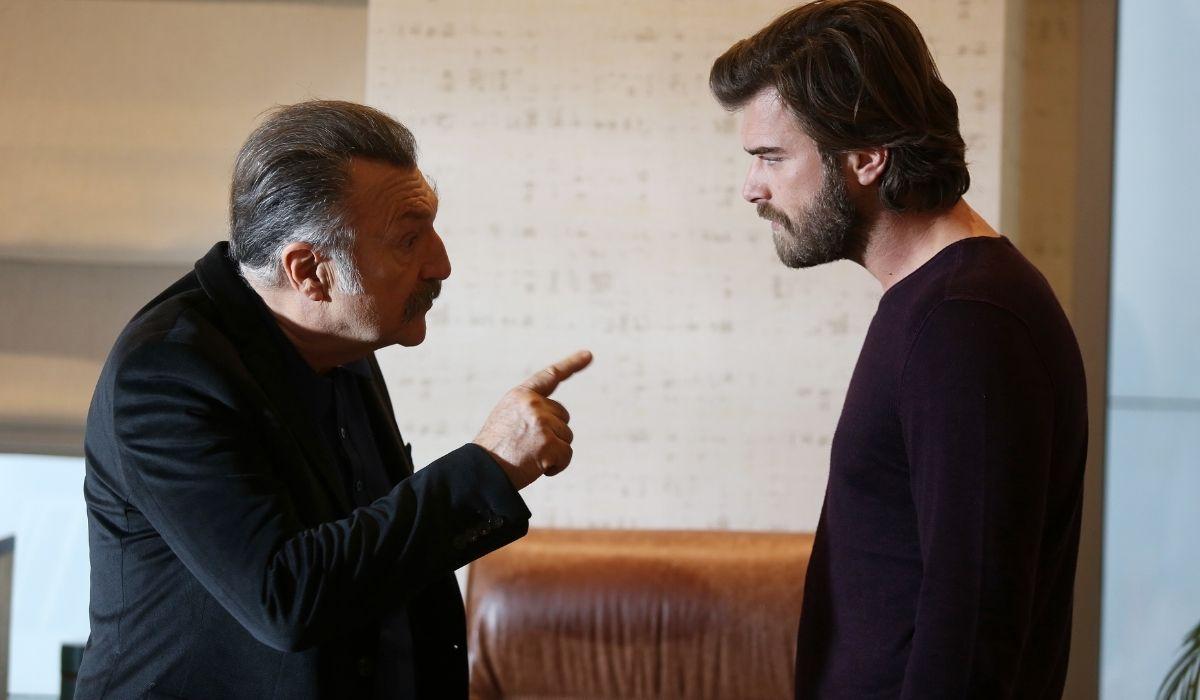 Brave and Beautiful: Tahsin (Tamer Levent) e Cesur (Kıvanç Tatlıtuğ) discutono in procura. Credits: Mediaset