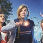 "Da sinistra: Bradley Walsh (Graham), Mandip Gill (Yasmin), Jodie Whittaker (Dottore) e Tosin Cole (Ryan) in un poster di ""Doctor Who"". Credits: Rai 4."