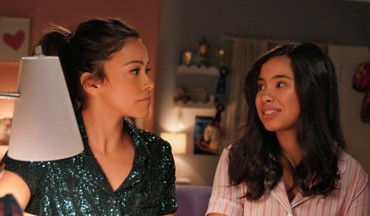 Elena, Diventerò Presidente: Gina Rodriguez (Elena del futuro) e Tess Romero (Elena Cañero-Reed). Credits: Disney+