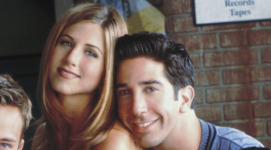 """Da sinistra: Jennifer Aniston e David Schwimmer, qui in una foto ai tempi di """"FRIENDS"""". Credits: per gentile concessione di Viacom/Warner Bros. Television."""