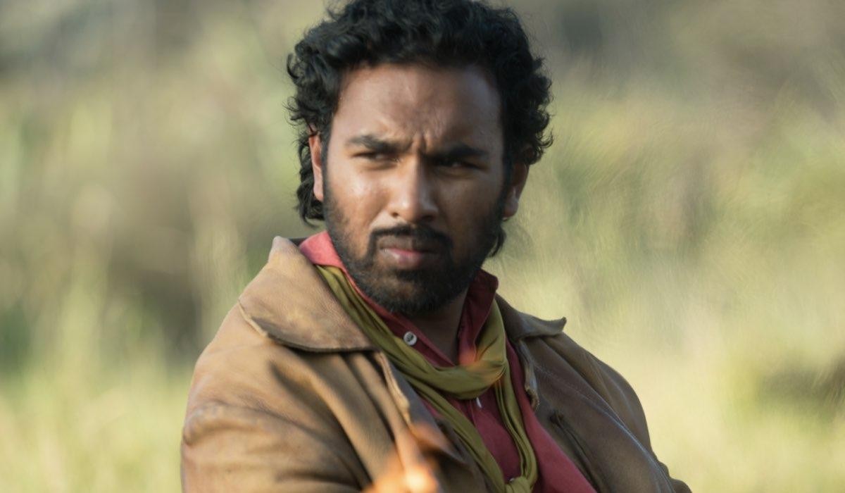 Himesh Patel (Emery Staines) in una scena de