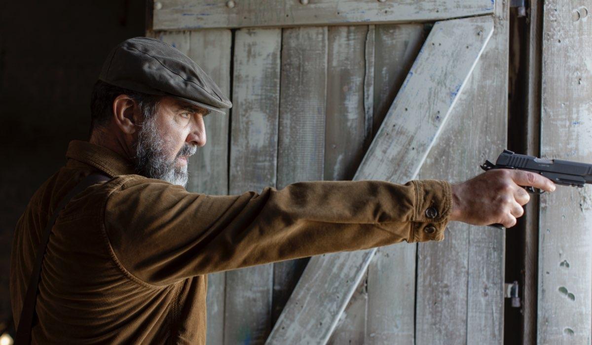 Éric Cantona (Thomas Bareski) in una scena de