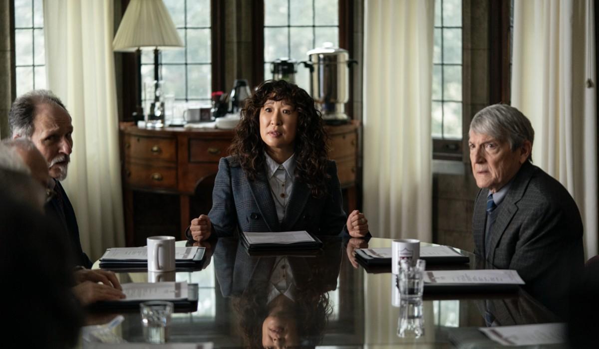"""Al centro: Sandra Oh nei panni di Ji-Yoon in una scena di """"La Direttrice"""". Credits: Eliza Morse/Netflix."""
