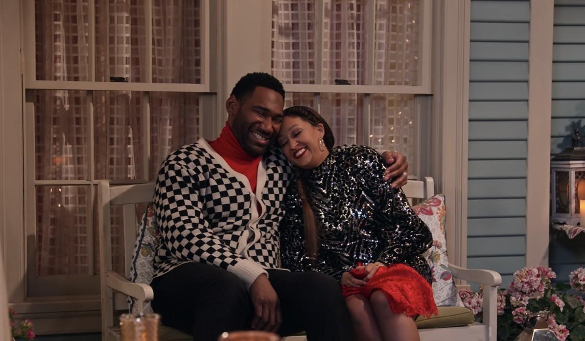 La famiglia Mckellan 4: Anthony Alabi interpreta Moz e Tia Mowry interpreta Cocoa, qui nell'episodio 5. Credits: Courtesy of Netflix © 2021