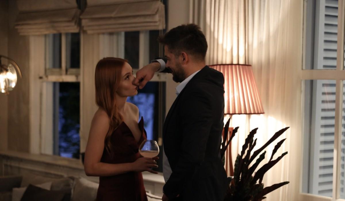 Love Is In The Air: Pırıl Baytekin Sezgin interpretata da Başak Gümülcinelioğlu e Engin Sezgin interpretato da Anıl İlter. Credits: Mediaset