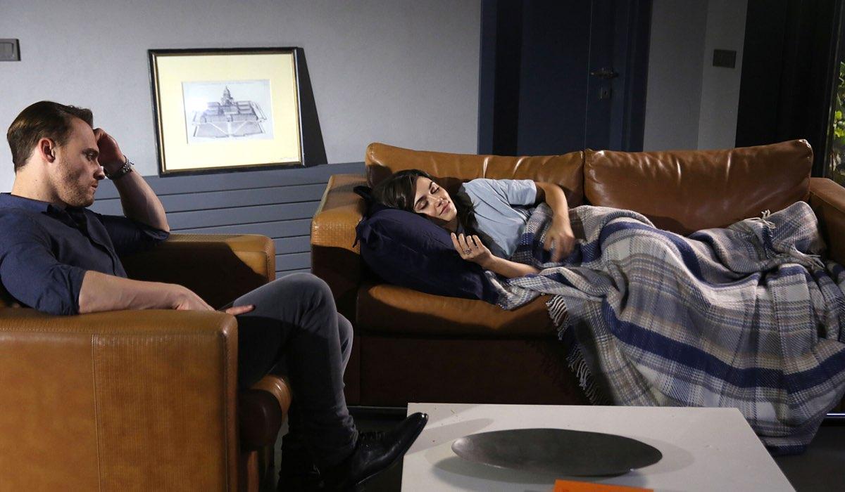 Serkan (Kerem Bursin) osserva Eda (Hande Erçel) che dorme In Una Scena Di Love Is In The Air. Credits: Mediaset