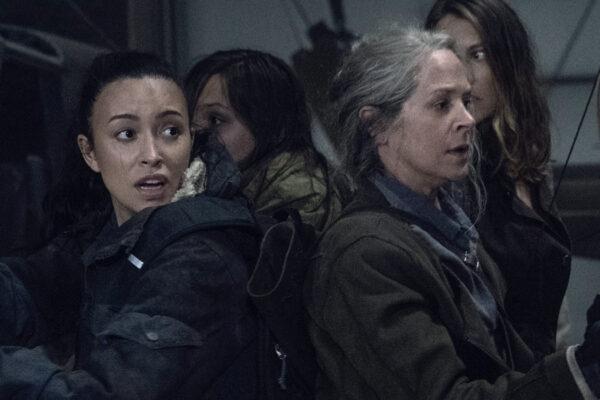 """Da sinistra: Rosita (Christian Serratos) e Carol (Melissa McBride) in una scena della stagione 11 di """"The Walking Dead"""". Credits: AMC/Disney+."""
