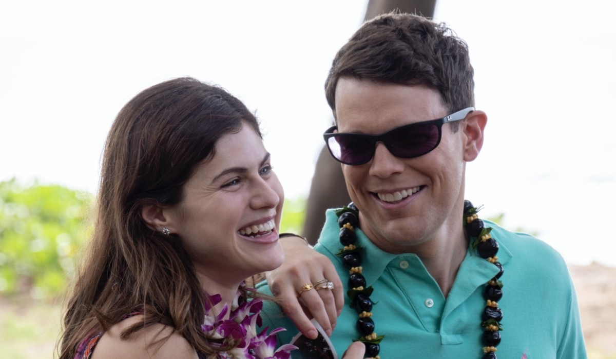 """Da sinistra: Alexandra Daddario e Jake Lacy nel primo episodio di """"The White Lotus"""". Credits: Sky Italia."""