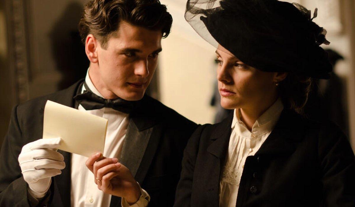 Yon Gonzalez (Julio) e Amaia Salamanca (Alicia) In Una Scena Di Grand Hotel 2 stagione. Credits: Mediaset