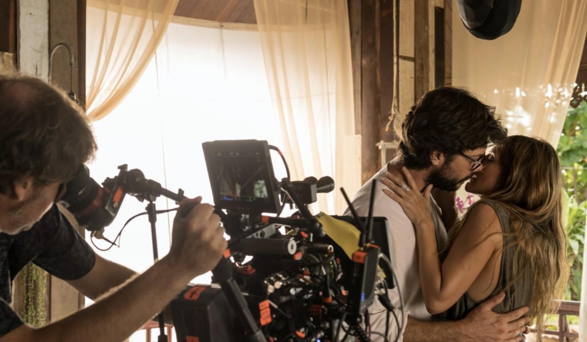 Álvaro Morte (Il Professore) e Itziar Ituño (Lisbona) in una foto dal set dell'episodio 1 de La casa di carta 3 stagione. Credits: Netflix