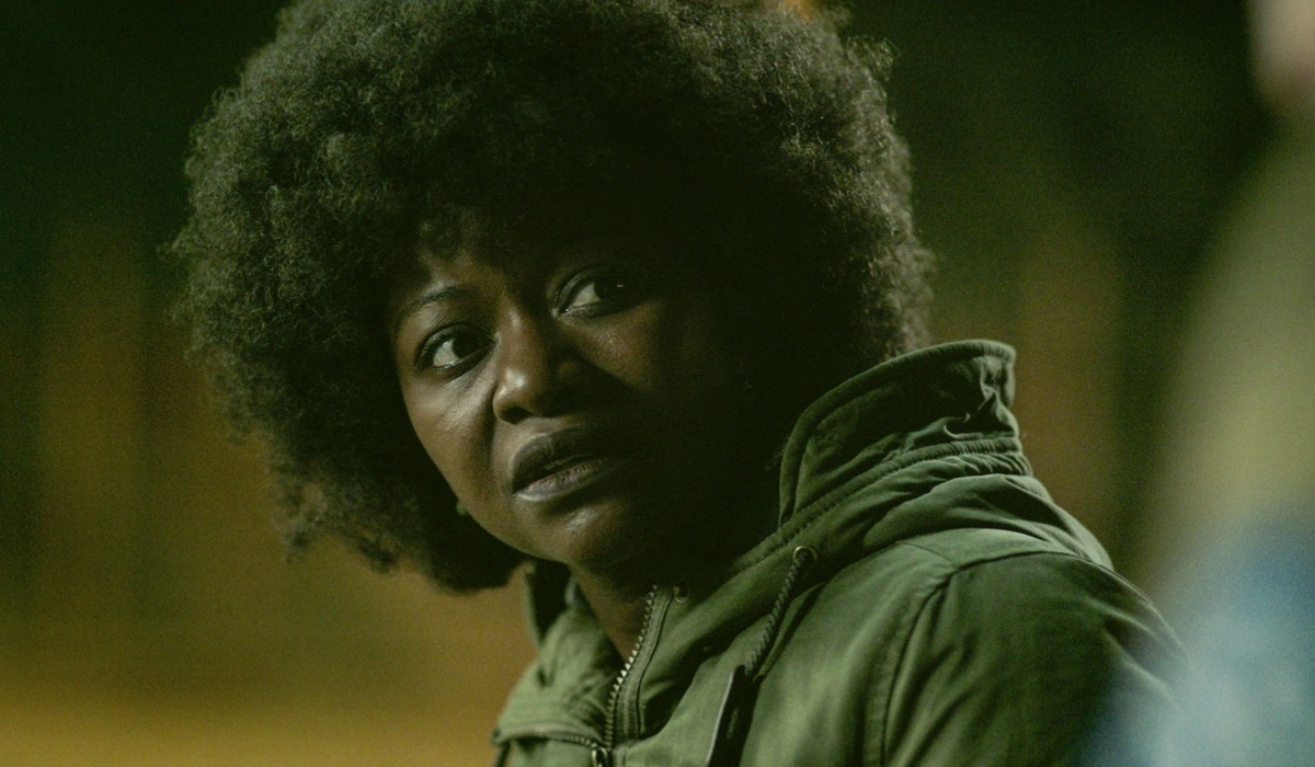 """Babetida Sadjo in una scena della seconda stagione di """"Into The Night"""". Credits: Netflix."""
