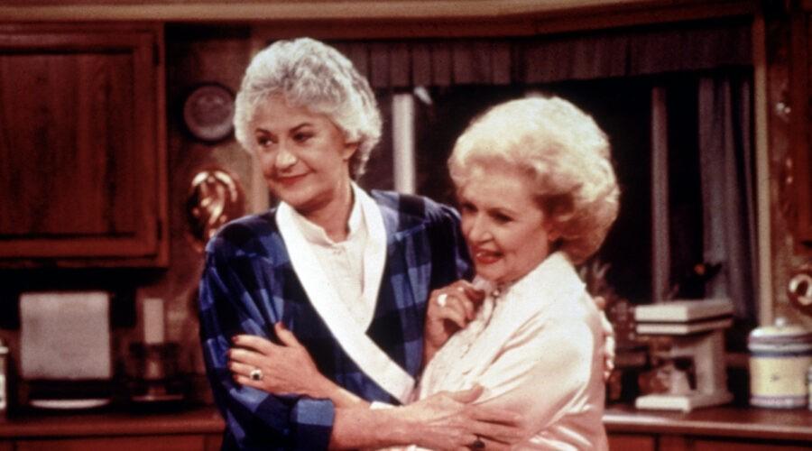 Bea Arthur (Dorothy Petrillo Zbornak) e Betty White (Rose Nylund) in una scena di
