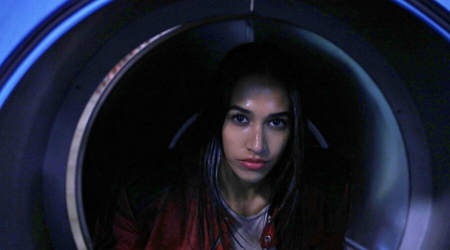Elena Sotgiu (Jamila Hussain) in una scena de