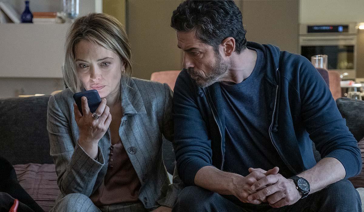 Alessandro Gassmann e Carolina Crescentini in una scena della serie TV I Bastardi di Pizzofalcone 3. Credits: Anna Camerlingo/Rai.