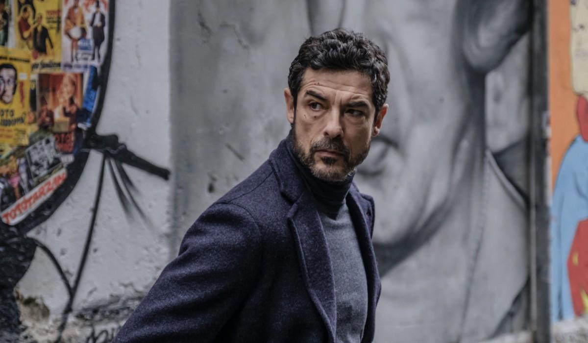 Alessandro Gassmann (ispettore Lojacono) in una foto di scena de