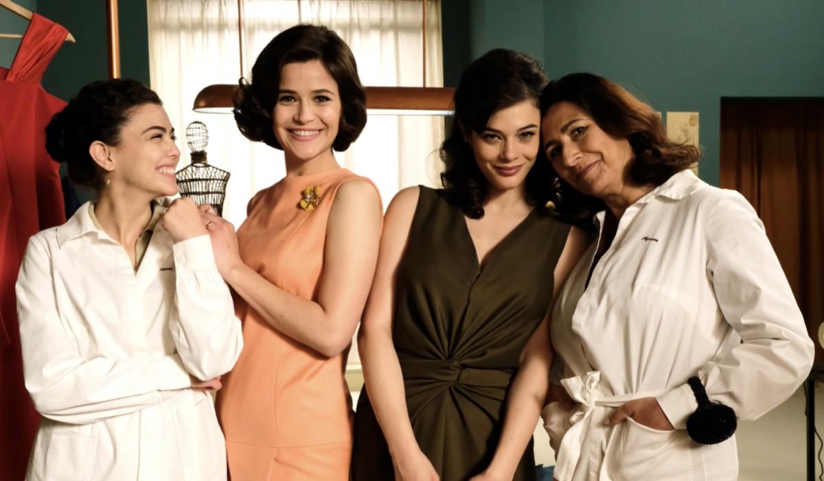 Da sinistra: Chiara Russo (Maria Puglisi), Ilaria Rossi (Gabriella Rossi), Neva Leoni (Tina Amato) e Antonella Attili (Agnese Amato) in un posato per