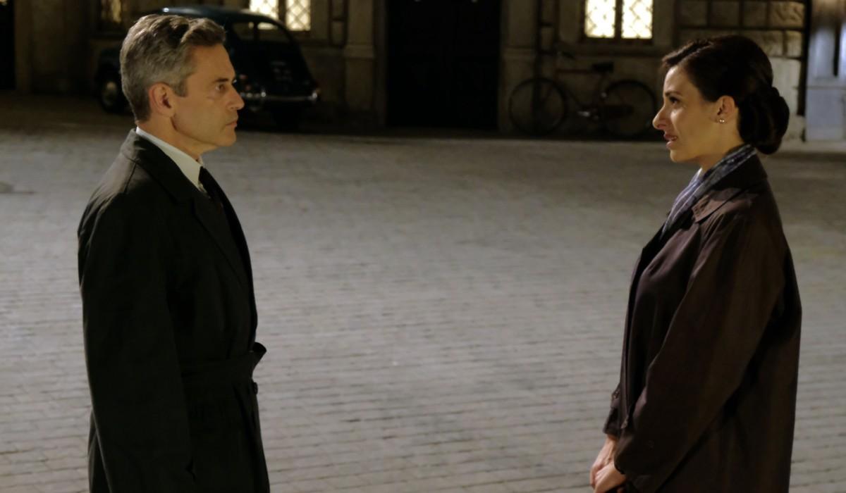 Massimo Poggio (Ezio Colombo) e Lara Komar (Gloria Moreau) in una scena de