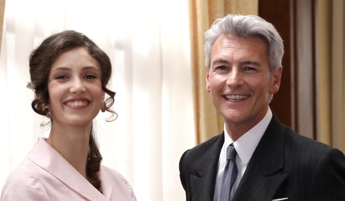 Lucrezia Massari (Flora Gentile Ravasi) e Roberto Farnesi (Umberto Guarnieri) in un posato per