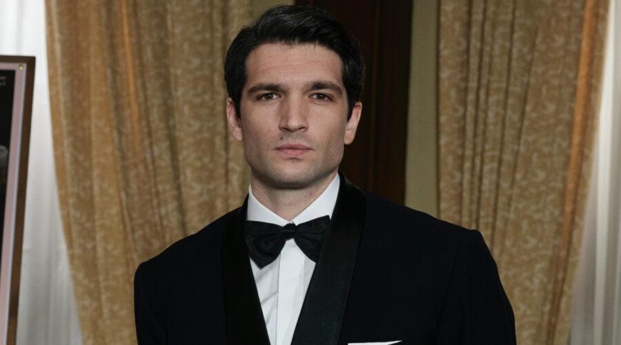 Filippo Scarafia (Roberto Landi) in un posato per